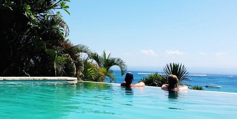 Relaxen in het zwembad van het Bali Surfen en Eilandhoppen pakket
