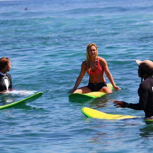 Groep surfers tijdens het Bali Surfen en Eilandhoppen