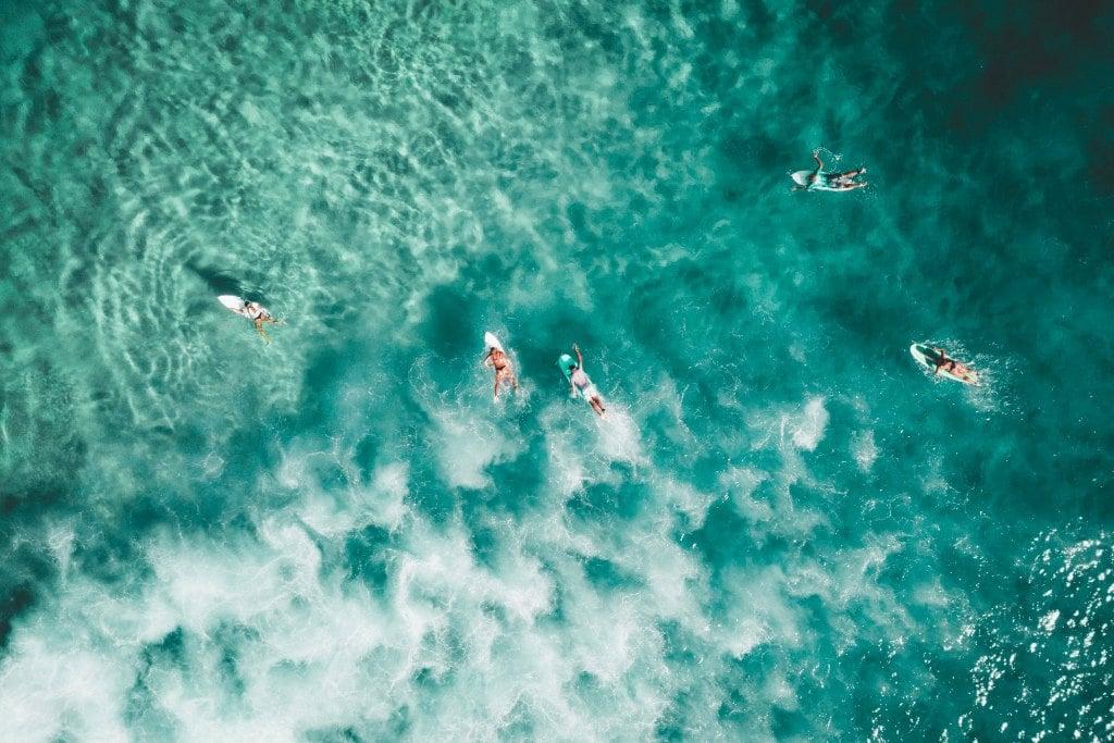 Surfers met surfboard aan het surfen in Indonesië