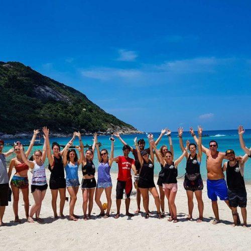 Groep reizigers op het strand tijdens de Thailand Ultimate Groepsreis