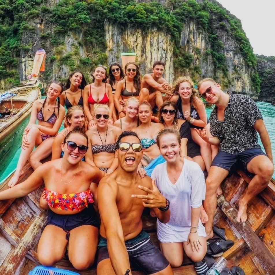 Een groep reizigers op een boot in Thailand