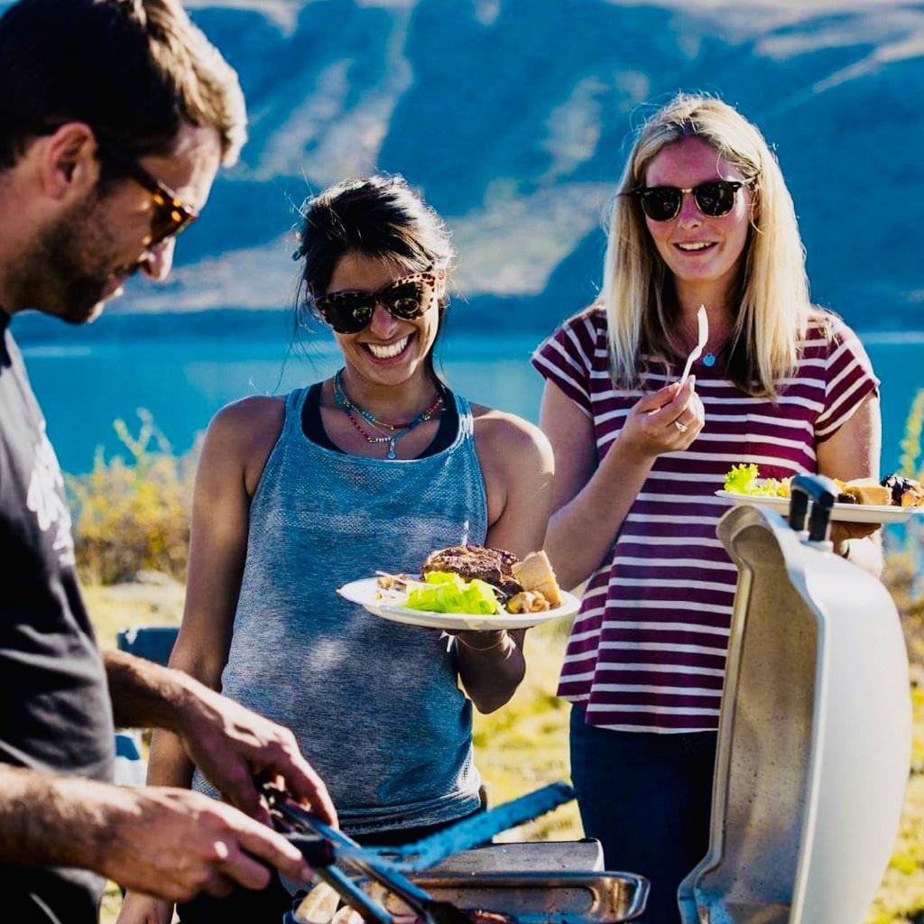 Groep aan de het BBQ-en in Nieuw-Zeeland tijdens de Discovery Groepsreis