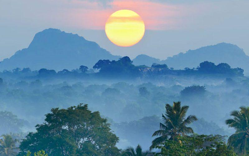Geniet tijdens de Sri Lanka Adventure Groepsreis van een zonsondergang in Kandy