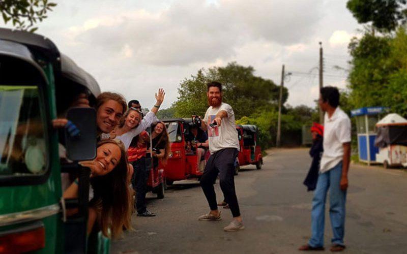 Groep reizigers op een tuk tuk tijdens de Sri Lanka Adventure Groepsreis
