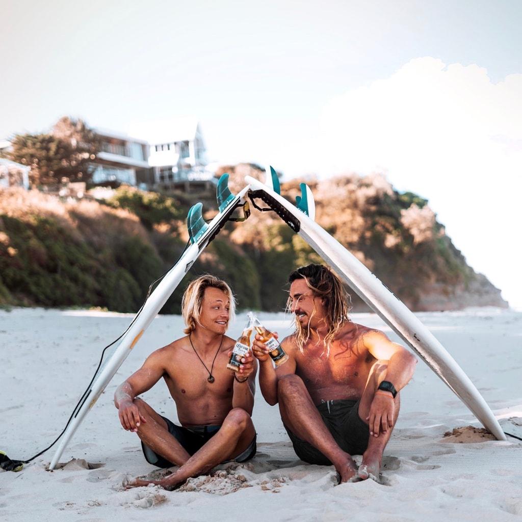 Biertje drinken na de surflessen van de Sydney Surfcursus