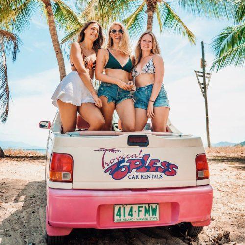Stap in de Magnetic Island Barbie Cars met de Oostkust Experience Groepsreis