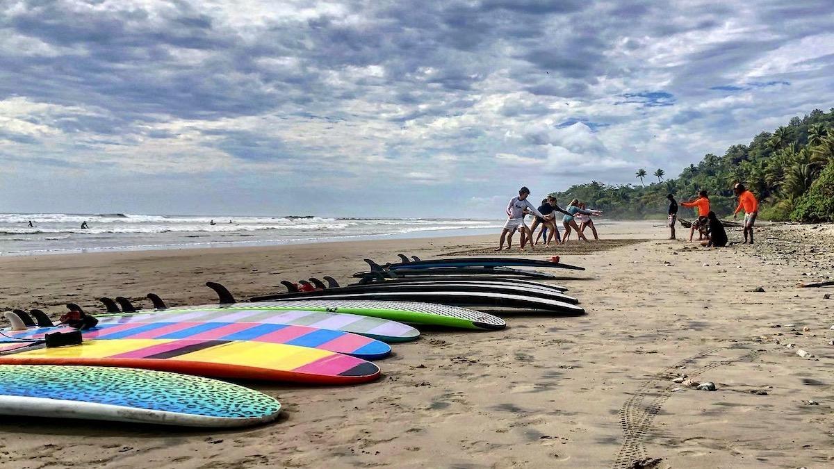 Opwarmen voor de surfles in het Costa Rica Surfkamp