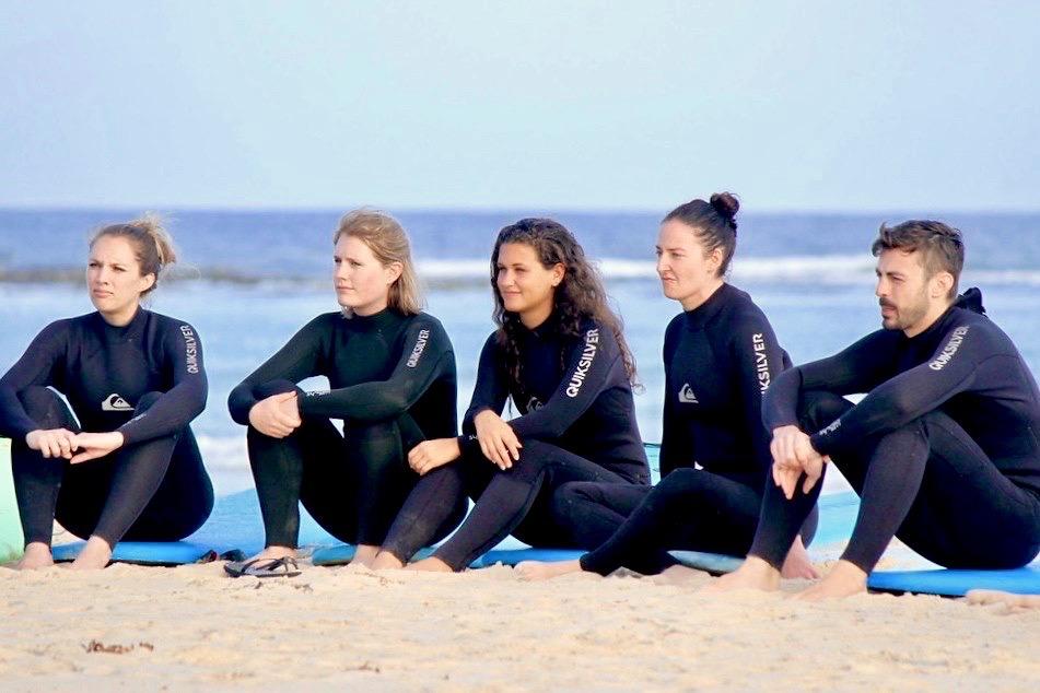 Aandachtig luisteren naar de surfleraar