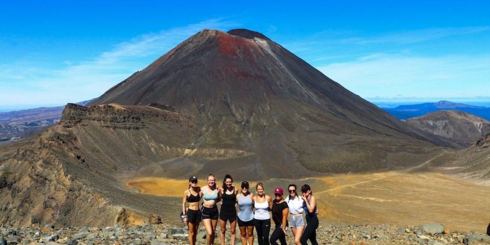 Hike the Tongariro Crossing met Stray Travel