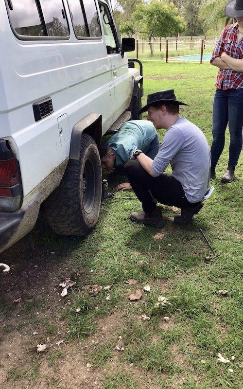 Jeep repareren op de boerderij in Australie