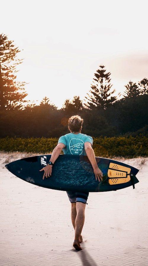 Surfen tijdens de zonsondergang