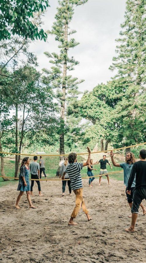 Volleyballen met de groep tijdens het reizen langs de oostkust van Australie