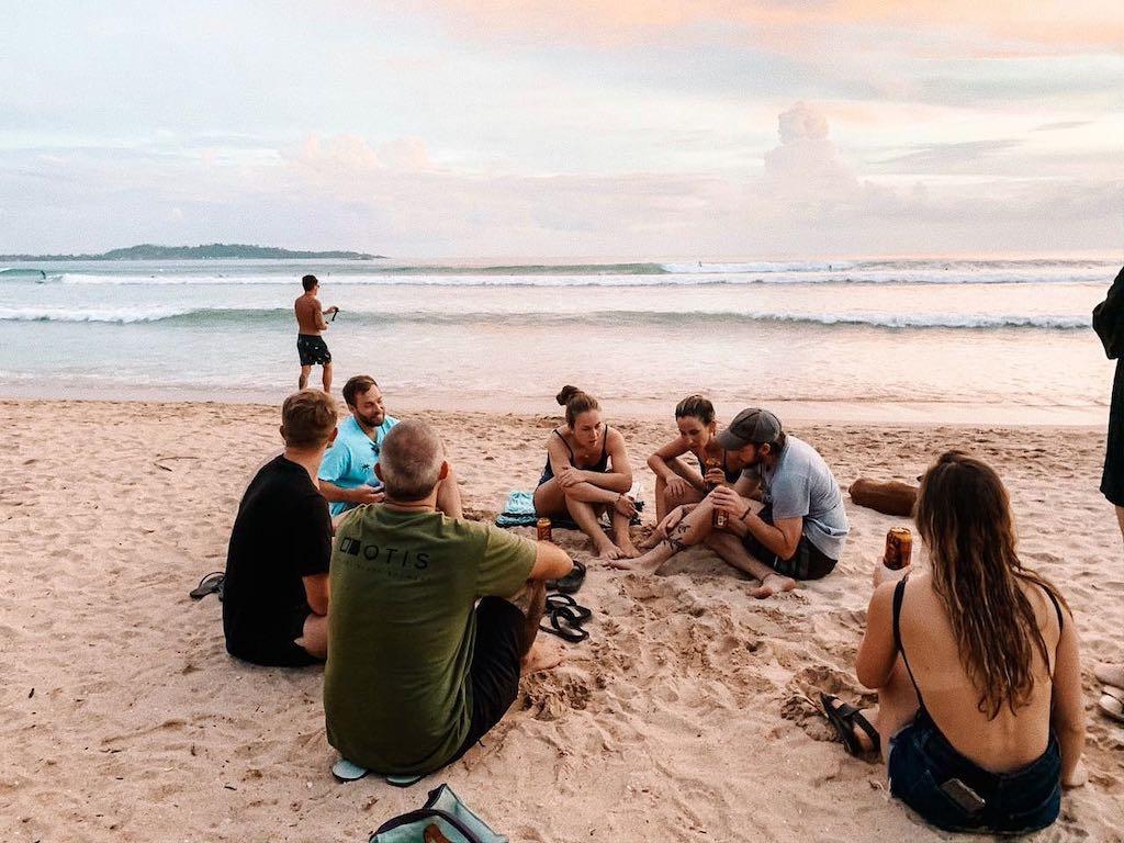 Chillen op het strand na een dag surfen op Bali
