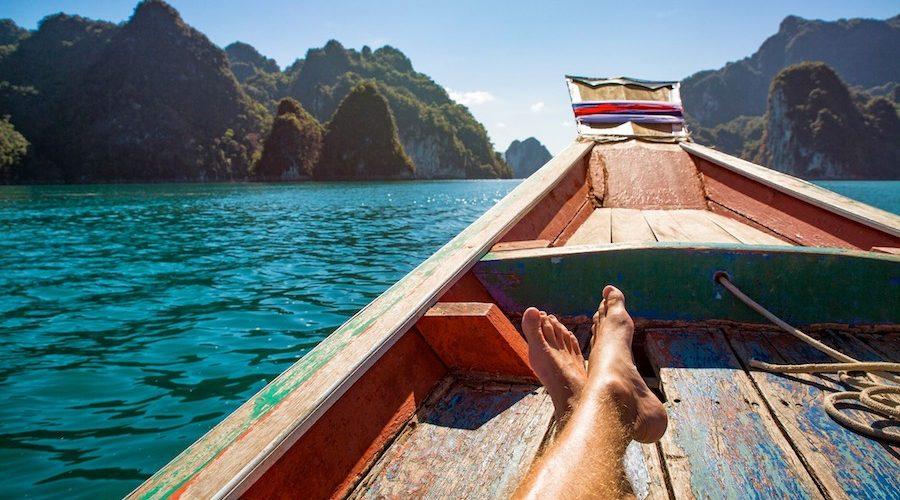 Chillen tijdens een boottocht in Thailand