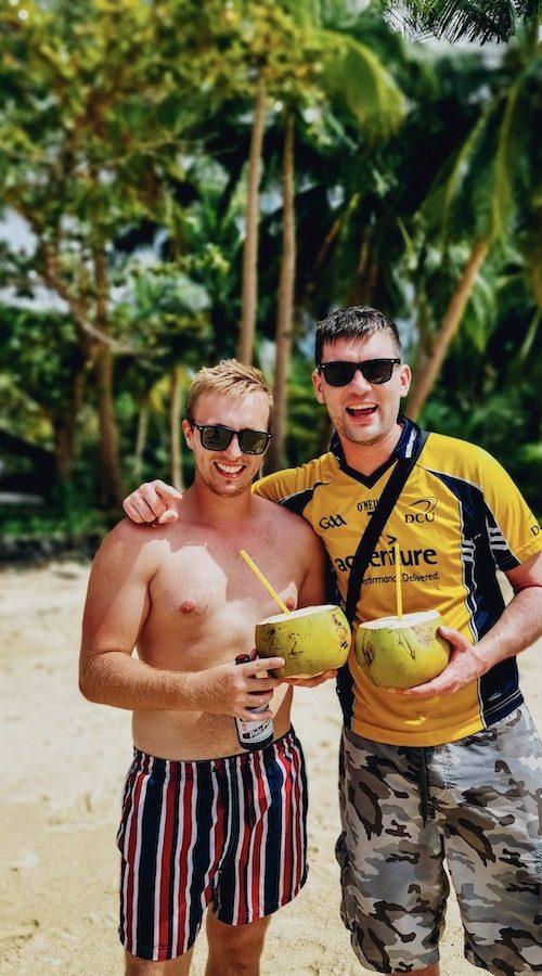 Drinken uit de kokosnoot op de Filipijnen