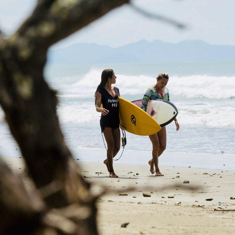Meiden aan het surfen in het Nicaragua Surfkamp