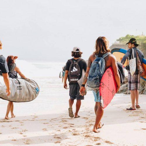 Surfen op Bali met een groep vrienden
