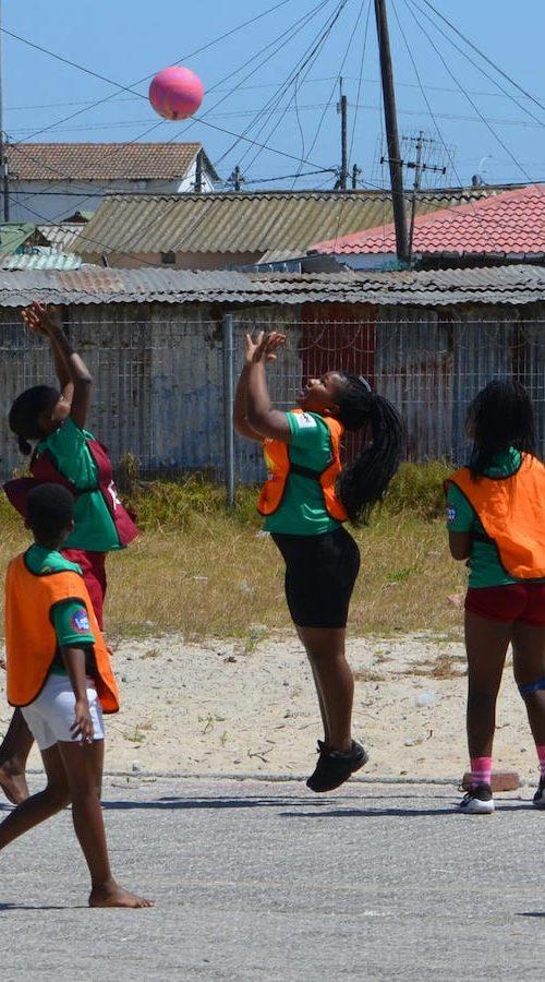 Basketballen met de kinderen in Kaapstad