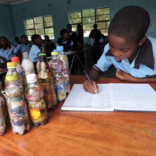 Duurzame toekomst in Zambia door Eco bricking