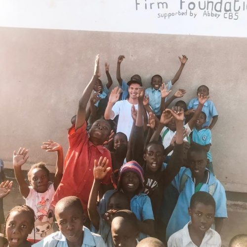 Help de kinderen in Afrika met sportlessen