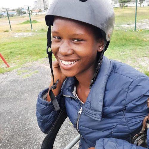 Kinderen van alle leeftijden krijgen hulp van de vrijwilligers in Kaapstad