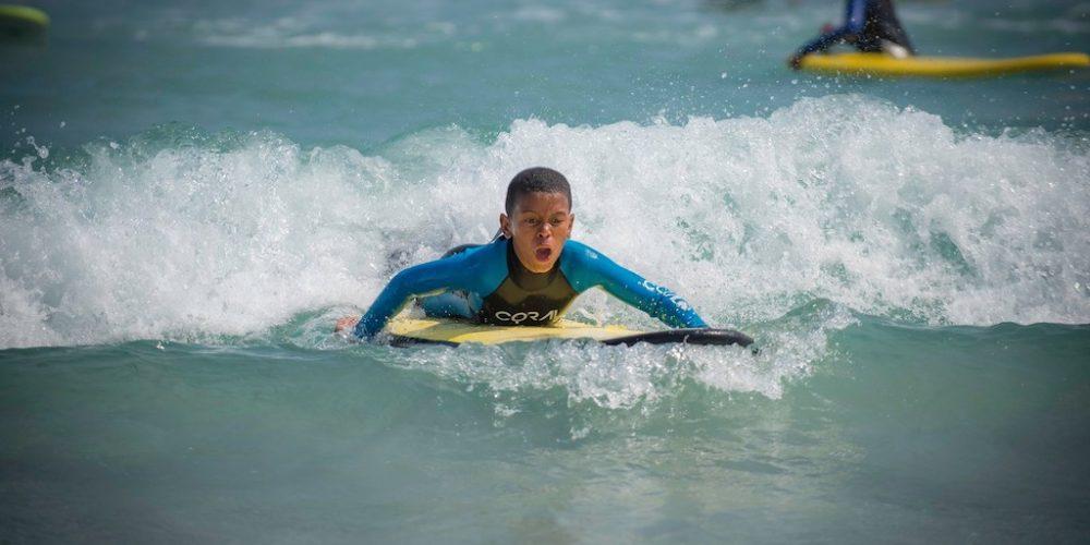 Leer de kinderen surfen en zwemmen