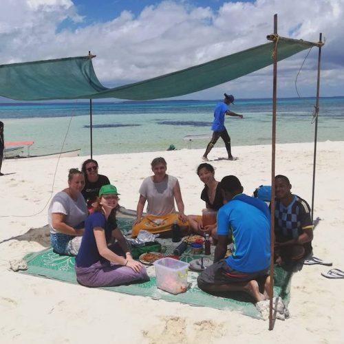 Lunch op het strand met de vrijwilligers in Afrika Zanzibar