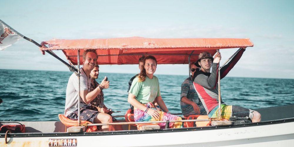 Met andere vrijwilligers de dolfijnen in Zanzibar helpen