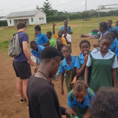 Pauze tijdens de sportlessen op het vrijwilligerswerk project in Zambia