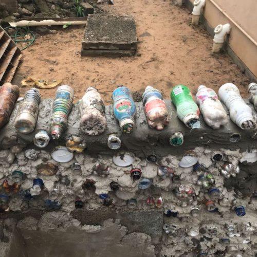 Plastic flessen gebruiken als bouwstenen in Zambia