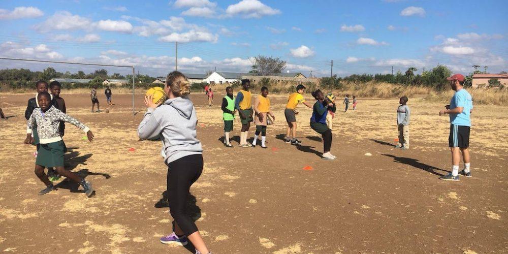 Sport en beweging lessen op een basisschool in Zambia