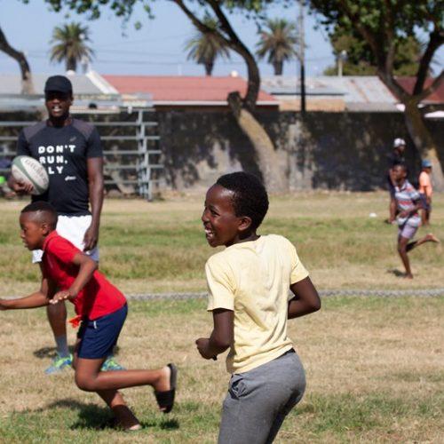 Sportlessen geven aan kinderen in Zuid-Afrika
