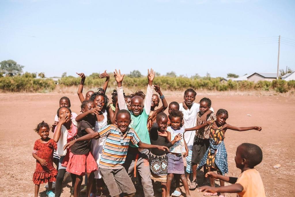 Sportlessen geven op scholen in Afrika