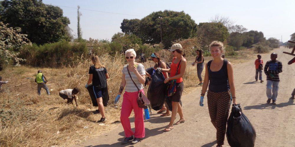 Vrijwilligers opruimactie in Zambia
