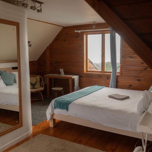 Ruime prive slaapkamer in het surfkamp