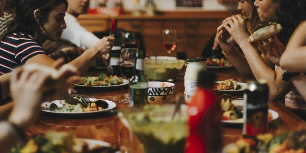 Samen eten met je surfgenoten in Zuid-Afrika