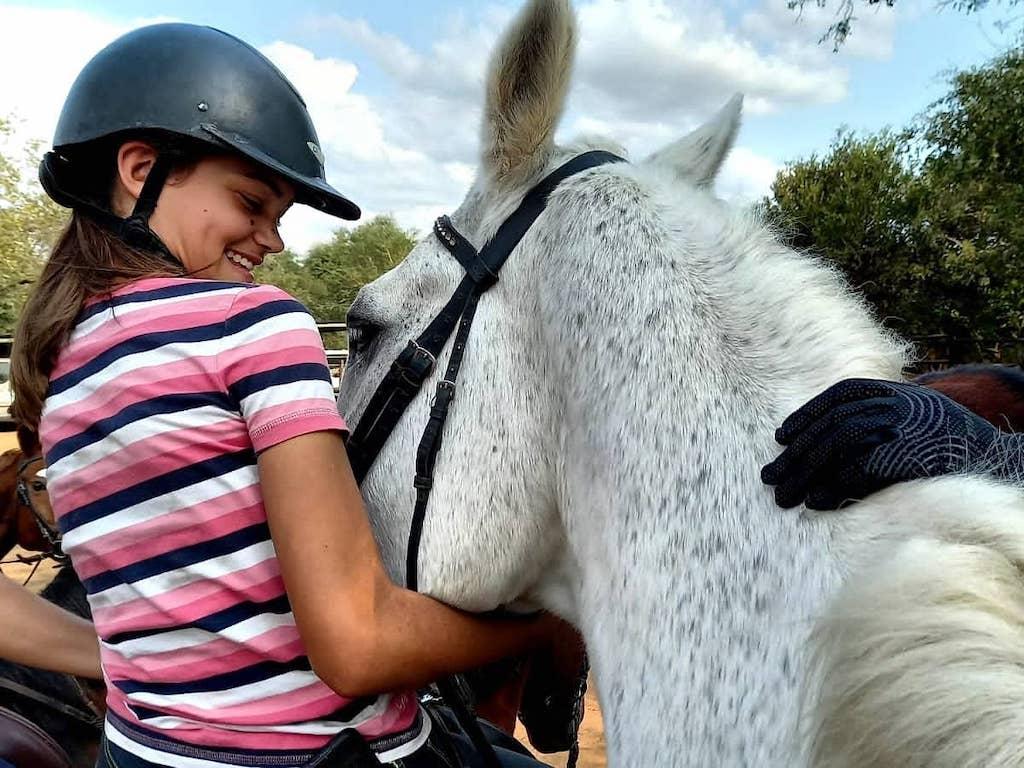 Even knuffelen met de paarden