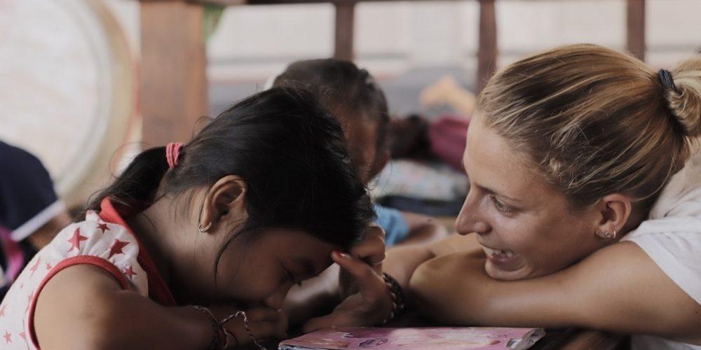 Help de kids op Bali met het leren van Engels
