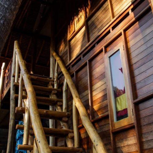 Houten huisje voor de vrijwilligers op Bali