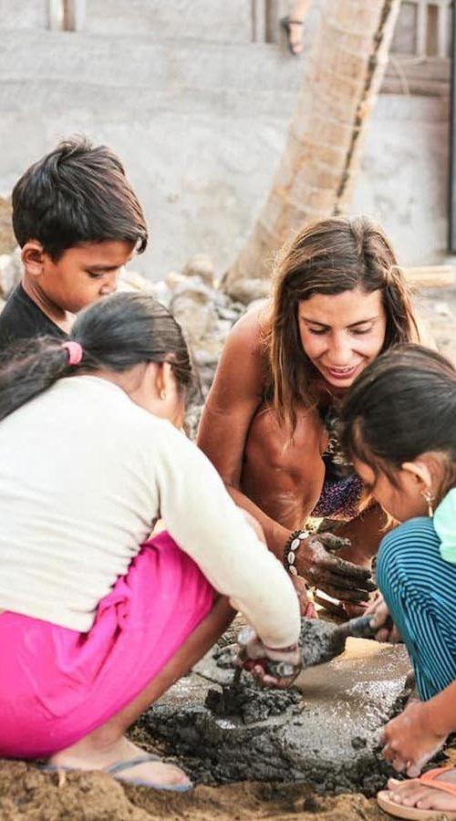 Lokale schoolkinderen helpen bij het rifbehoud project