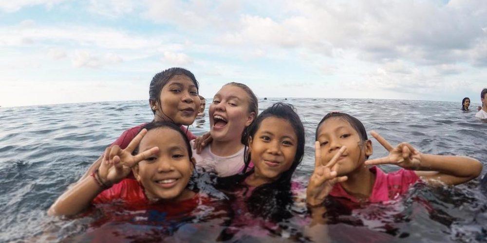 Met de kinderen zwemmen in Bali