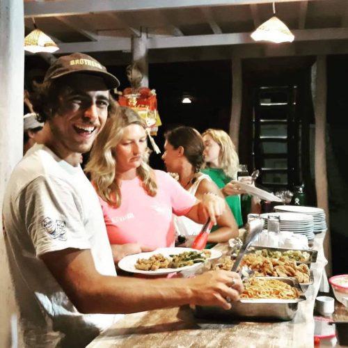 Samen met de vrijwilligers op Bali gezellig eten
